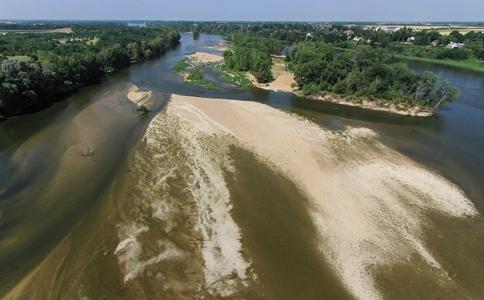 La Loire : îles de Mareau-aux-Prés (Loiret) et bancs de sable vus du ciel